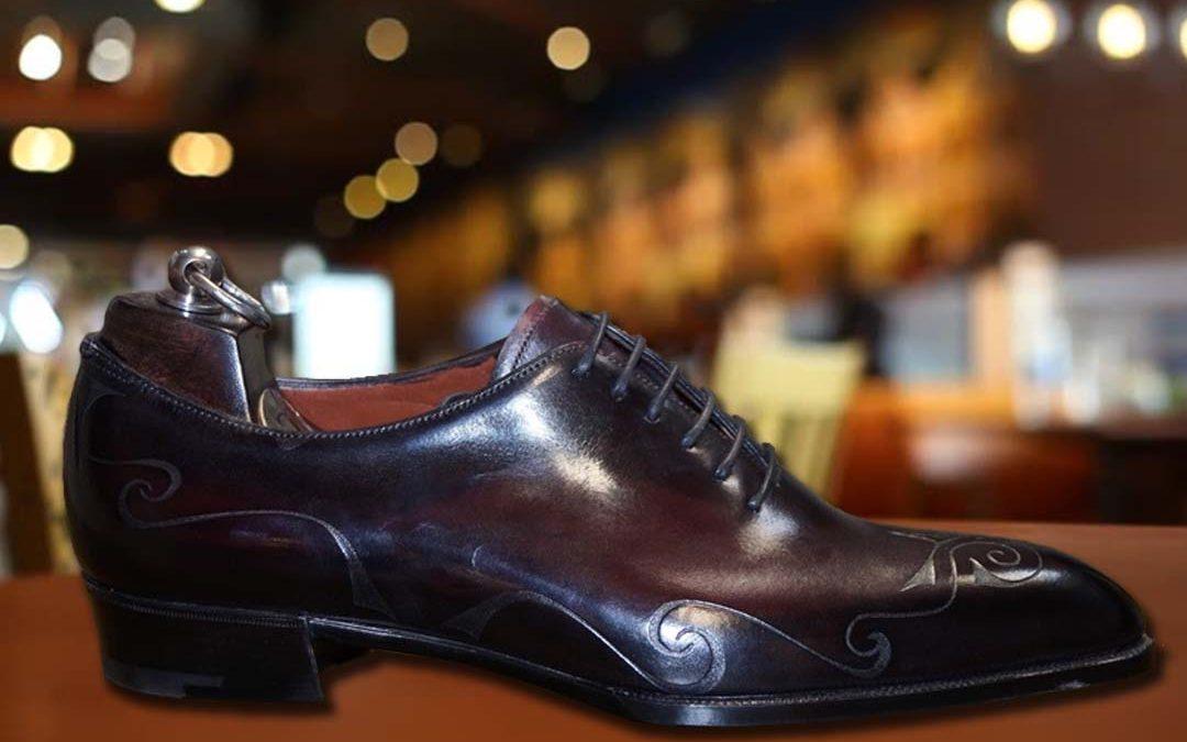 Zapatos originales hechos con pieles con grabados