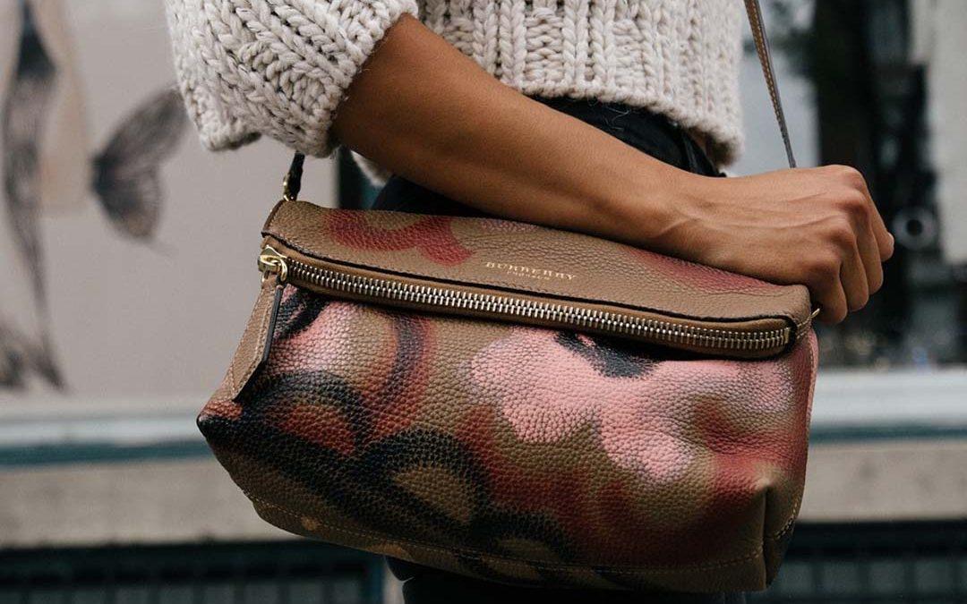 Dale un toque distinto a tu look con un bolso de cuero